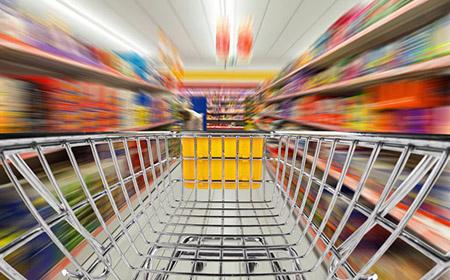 einkaufswagen rast durch supermarkt